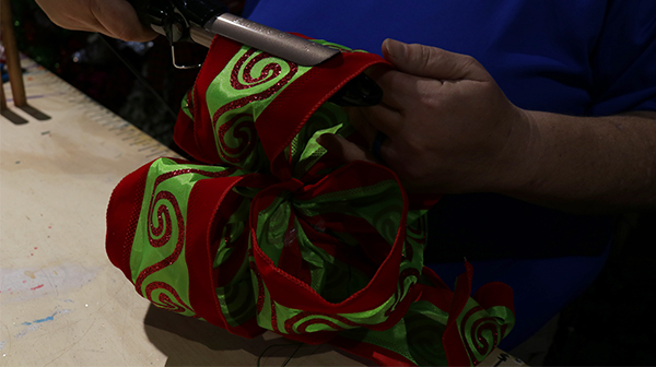 Holiday Decorating Tips: How to Make the Perfect Bow - Carowinds